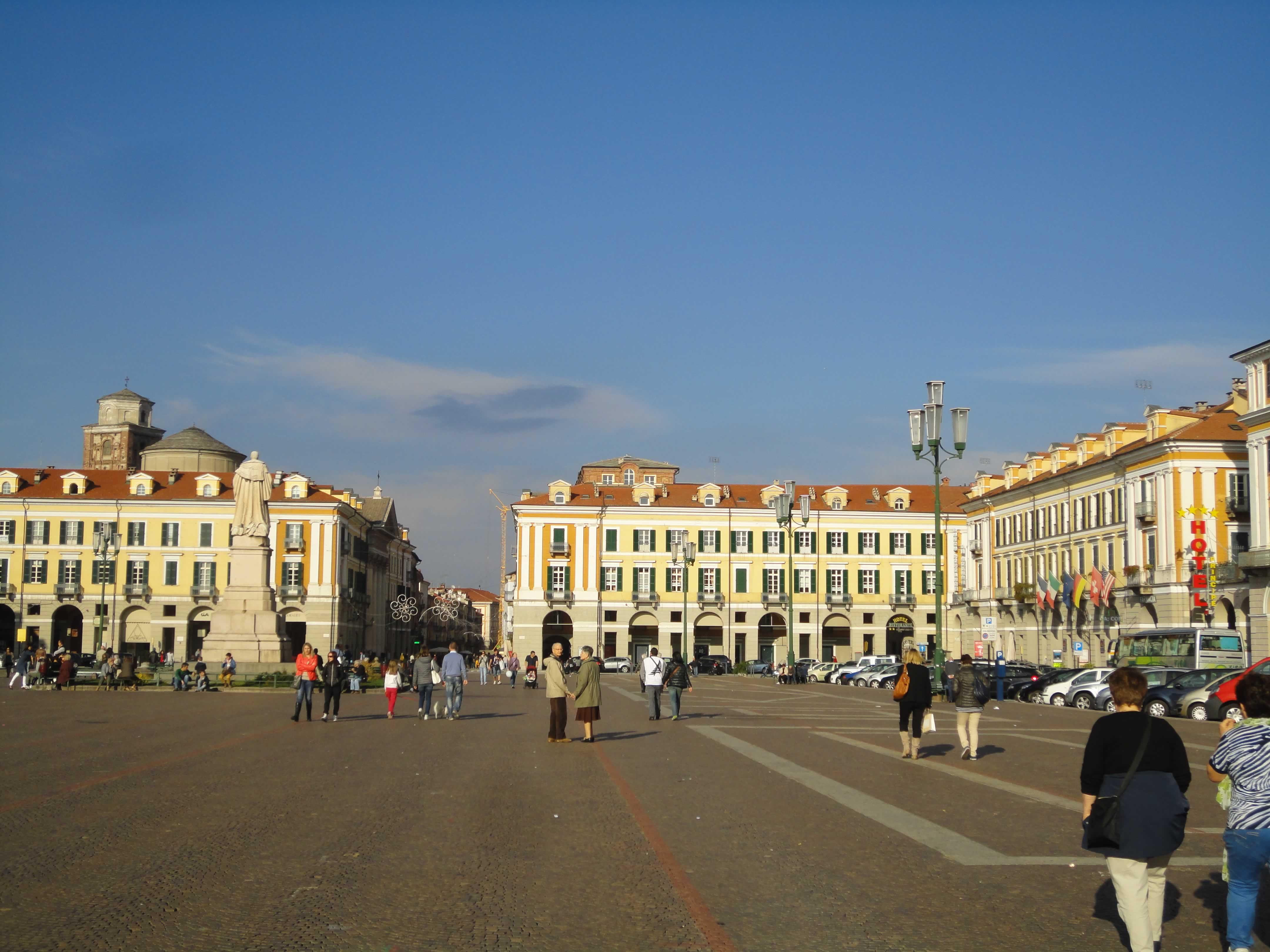 piazza Cuneo.jpg